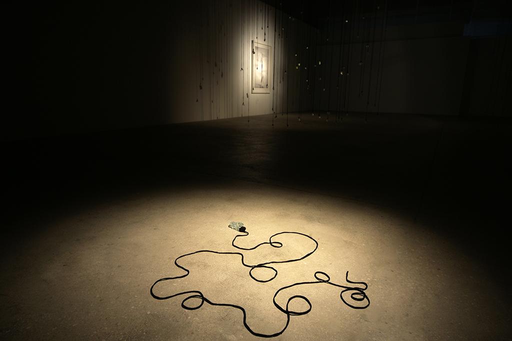 Fallen tear, Lágrima caída, installation, instalación, Olga Simón, going through. exhibition exposición, Las Cigarreras, Alicante, art arte, cristal tears, lágrimas, lagrima caída. Instalación, Installation, Pain, death
